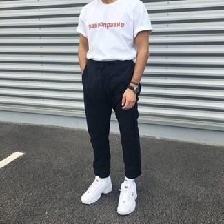 Weißes und rotes bedrucktes T-Shirt mit einem Rundhalsausschnitt kombinieren: trends 2020: Entscheiden Sie sich für ein weißes und rotes bedrucktes T-Shirt mit einem Rundhalsausschnitt und eine schwarze Chinohose für ein großartiges Wochenend-Outfit. Fühlen Sie sich mutig? Vervollständigen Sie Ihr Outfit mit weißen Sportschuhen.