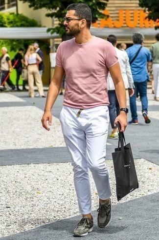 Dunkelgraue Sonnenbrille kombinieren: trends 2020: Für ein bequemes Couch-Outfit, erwägen Sie das Tragen von einem rosa T-Shirt mit einem Rundhalsausschnitt und einer dunkelgrauen Sonnenbrille. Fügen Sie grauen Sportschuhe für ein unmittelbares Style-Upgrade zu Ihrem Look hinzu.