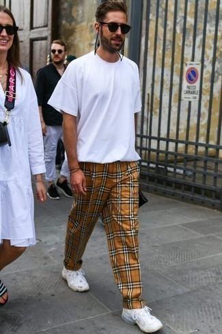 Hellbeige Chinohose mit Schottenmuster kombinieren: trends 2020: Paaren Sie ein weißes T-Shirt mit einem Rundhalsausschnitt mit einer hellbeige Chinohose mit Schottenmuster für ein sonntägliches Mittagessen mit Freunden. Fühlen Sie sich ideenreich? Ergänzen Sie Ihr Outfit mit weißen Sportschuhen.