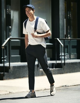Dunkelgraue Chinohose kombinieren – 500+ Herren Outfits: Kombinieren Sie ein weißes T-Shirt mit einem Rundhalsausschnitt mit einer dunkelgrauen Chinohose für ein sonntägliches Mittagessen mit Freunden. Wenn Sie nicht durch und durch formal auftreten möchten, entscheiden Sie sich für grauen Sportschuhe.