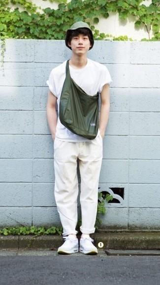 Olivgrüne Shopper Tasche aus Segeltuch kombinieren – 62 Casual Herren Outfits: Halten Sie Ihr Outfit locker mit einem weißen T-Shirt mit einem Rundhalsausschnitt und einer olivgrünen Shopper Tasche aus Segeltuch. Fühlen Sie sich mutig? Komplettieren Sie Ihr Outfit mit weißen Sportschuhen.