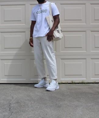 Goldene Uhr kombinieren – 1092+ Herren Outfits: Ein weißes bedrucktes T-Shirt mit einem Rundhalsausschnitt und eine goldene Uhr sind eine perfekte Wochenend-Kombination. Putzen Sie Ihr Outfit mit weißen Sportschuhen.