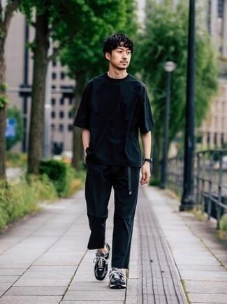 Schwarze Segeltuchuhr kombinieren – 94 Herren Outfits: Für ein bequemes Couch-Outfit, tragen Sie ein dunkelblaues T-Shirt mit einem Rundhalsausschnitt und eine schwarze Segeltuchuhr. Fühlen Sie sich mutig? Komplettieren Sie Ihr Outfit mit schwarzen und weißen Sportschuhen.