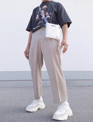 Hellbeige Chinohose kombinieren – 500+ Herren Outfits: Kombinieren Sie ein dunkelblaues bedrucktes T-Shirt mit einem Rundhalsausschnitt mit einer hellbeige Chinohose für ein Alltagsoutfit, das Charakter und Persönlichkeit ausstrahlt. Wenn Sie nicht durch und durch formal auftreten möchten, vervollständigen Sie Ihr Outfit mit weißen Sportschuhen.