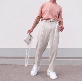 Hellbeige Segeltuchgürtel kombinieren – 123 Herren Outfits: Für ein bequemes Couch-Outfit, tragen Sie ein rosa T-Shirt mit einem Rundhalsausschnitt und einen hellbeige Segeltuchgürtel. Entscheiden Sie sich für weißen Sportschuhe, um Ihr Modebewusstsein zu zeigen.