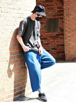 Blaue Chinohose kombinieren – 1200+ Herren Outfits: Tragen Sie ein dunkelgraues T-Shirt mit einem Rundhalsausschnitt und eine blaue Chinohose, um einen lockeren, aber dennoch stylischen Look zu erhalten. Suchen Sie nach leichtem Schuhwerk? Wählen Sie dunkelblauen und weißen Sportschuhe für den Tag.
