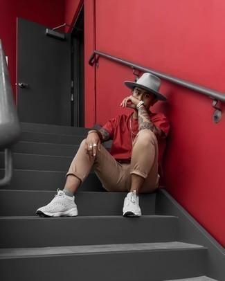 Graue Sportschuhe kombinieren – 500+ Herren Outfits: Kombinieren Sie ein rotes T-Shirt mit einem Rundhalsausschnitt mit einer beige Chinohose, um einen lockeren, aber dennoch stylischen Look zu erhalten. Wenn Sie nicht durch und durch formal auftreten möchten, vervollständigen Sie Ihr Outfit mit grauen Sportschuhen.