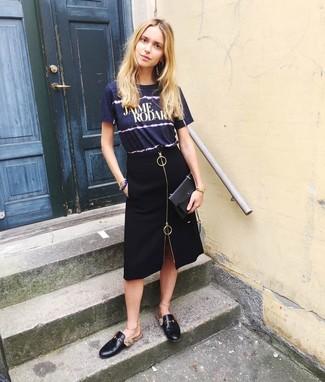 dunkelblaues bedrucktes T-Shirt mit einem Rundhalsausschnitt, schwarzer Bleistiftrock mit Schlitz, schwarze Leder Slipper, schwarze Leder Clutch für Damen