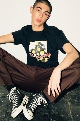 Braune Chinohose kombinieren: trends 2020: Kombinieren Sie ein dunkelblaues bedrucktes T-Shirt mit einem Rundhalsausschnitt mit einer braunen Chinohose für ein Alltagsoutfit, das Charakter und Persönlichkeit ausstrahlt. Fühlen Sie sich mutig? Vervollständigen Sie Ihr Outfit mit schwarzen und weißen hohen Sneakers aus Segeltuch.