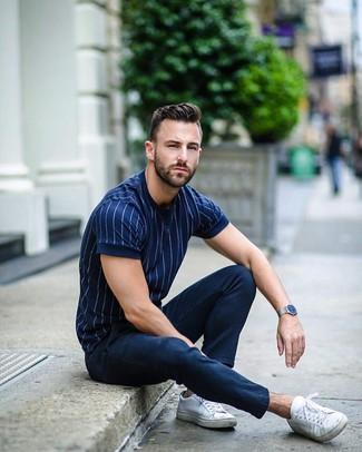 Wie kombinieren: dunkelblaues vertikal gestreiftes T-Shirt mit einem Rundhalsausschnitt, dunkelblaue Chinohose, weiße Segeltuch niedrige Sneakers, silberne Uhr