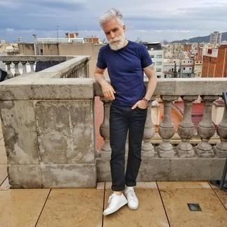 Braune Lederuhr kombinieren: Kombinieren Sie ein dunkelblaues T-Shirt mit einem Rundhalsausschnitt mit einer braunen Lederuhr für einen entspannten Wochenend-Look. Schalten Sie Ihren Kleidungsbestienmodus an und machen weißen Leder niedrige Sneakers zu Ihrer Schuhwerkwahl.