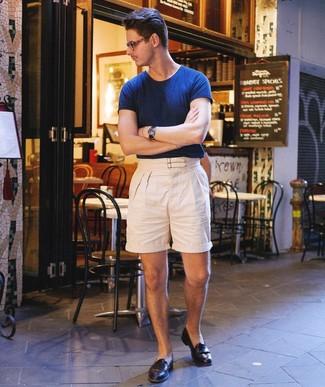 Wie kombinieren: dunkelblaues T-Shirt mit einem Rundhalsausschnitt, hellbeige Leinen Shorts, schwarze Leder Slipper, dunkelblaue Lederuhr