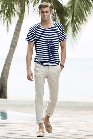 dunkelblaues und weißes horizontal gestreiftes T-Shirt mit einem Rundhalsausschnitt, hellbeige Chinohose, hellbeige Wildleder Mokassins, dunkelbraunes Armband für Herren