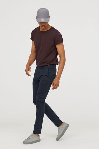 Graue Wildleder niedrige Sneakers kombinieren: trends 2020: Kombinieren Sie ein dunkelbraunes T-Shirt mit einem Rundhalsausschnitt mit einer dunkelblauen Chinohose für einen bequemen Alltags-Look. Graue Wildleder niedrige Sneakers sind eine gute Wahl, um dieses Outfit zu vervollständigen.