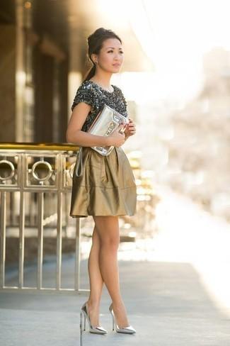 Ein dunkelgraues t-shirt mit einem rundhalsausschnitt und eine goldene leder clutch sind eine kluge Outfit-Formel für Ihre Sammlung. Setzen Sie bei den Schuhen auf die klassische Variante mit silbernen leder pumps.