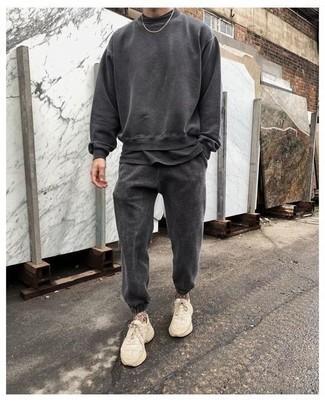 Trainingsanzug kombinieren – 93 Herren Outfits: Kombinieren Sie einen Trainingsanzug mit einem dunkelgrauen T-Shirt mit einem Rundhalsausschnitt für einen entspannten Wochenend-Look. Hellbeige Sportschuhe sind eine großartige Wahl, um dieses Outfit zu vervollständigen.
