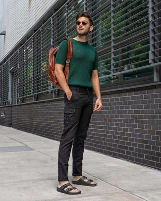 Wie kombinieren: dunkelgrünes Strick T-Shirt mit einem Rundhalsausschnitt, schwarze Cargohose, dunkelgrüne Ledersandalen, brauner Leder Rucksack