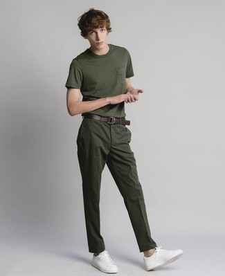 Leder niedrige Sneakers kombinieren: trends 2020: Kombinieren Sie ein dunkelgrünes T-Shirt mit einem Rundhalsausschnitt mit einer dunkelgrünen Chinohose, um einen lockeren, aber dennoch stylischen Look zu erhalten. Komplettieren Sie Ihr Outfit mit Leder niedrigen Sneakers.