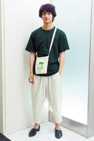 Weiße Chinohose kombinieren: trends 2020: Paaren Sie ein dunkelgrünes T-Shirt mit einem Rundhalsausschnitt mit einer weißen Chinohose, um mühelos alles zu meistern, was auch immer der Tag bringen mag. Dunkelblaue Leder Slipper sind eine einfache Möglichkeit, Ihren Look aufzuwerten.