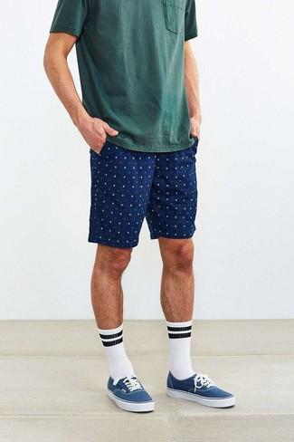 Dunkelgrünes T-Shirt mit einem Rundhalsausschnitt kombinieren: trends 2020: Ein dunkelgrünes T-Shirt mit einem Rundhalsausschnitt und dunkelblaue bedruckte Shorts sind eine kluge Outfit-Formel für Ihre Sammlung. Vervollständigen Sie Ihr Look mit blauen Segeltuch niedrigen Sneakers.