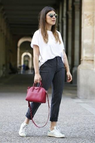 Rote Leder Umhängetasche kombinieren – 300 Damen Outfits: Ein weißes T-Shirt mit einem Rundhalsausschnitt und eine rote Leder Umhängetasche garantieren einen gelassenen, zeitgenössischen Stil von früh bis spät. Fügen Sie weißen Leder niedrige Sneakers für ein unmittelbares Style-Upgrade zu Ihrem Look hinzu.