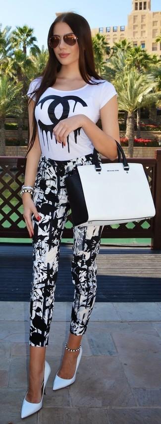 Wie kombinieren: weißes und schwarzes bedrucktes T-Shirt mit einem Rundhalsausschnitt, weiße und schwarze bedruckte enge Hose, weiße Leder Pumps, weiße und schwarze Shopper Tasche aus Leder