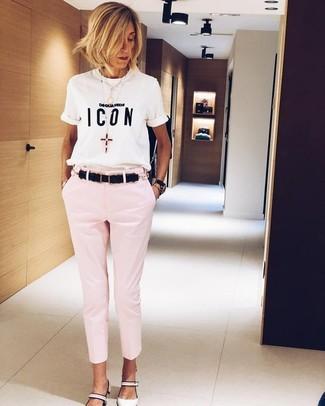 Wie kombinieren: weißes und schwarzes bedrucktes T-Shirt mit einem Rundhalsausschnitt, rosa enge Hose, weiße Leder Pumps, schwarzer Ledergürtel