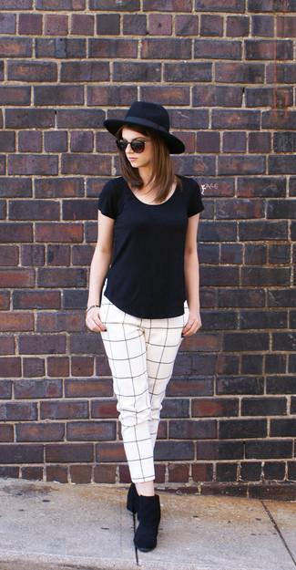 Weiße und dunkelblaue enge Hose mit Karomuster kombinieren: trends 2020: Probieren Sie die Paarung aus einem schwarzen T-Shirt mit einem Rundhalsausschnitt und einer weißen und dunkelblauen enger Hose mit Karomuster, um ein interessantes, lässiges Outfit zu erhalten. Ergänzen Sie Ihr Look mit schwarzen Wildleder Stiefeletten.