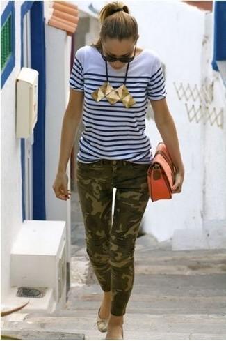 Wie kombinieren: weißes und dunkelblaues horizontal gestreiftes T-Shirt mit einem Rundhalsausschnitt, olivgrüne Camouflage enge Jeans, goldene Leder Ballerinas, orange Leder Clutch