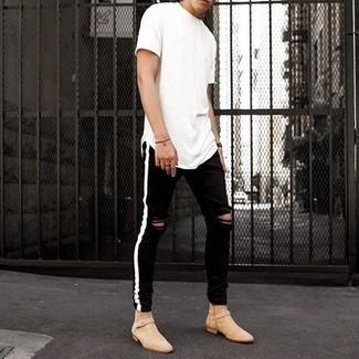 Weißes T-Shirt mit einem Rundhalsausschnitt kombinieren – 1200+ Herren Outfits: Ein weißes T-Shirt mit einem Rundhalsausschnitt und schwarze enge Jeans mit Destroyed-Effekten sind das Outfit Ihrer Wahl für faule Tage. Fühlen Sie sich mutig? Entscheiden Sie sich für hellbeige Chelsea Boots aus Wildleder.