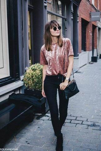 Wie kombinieren: rosa Samt T-Shirt mit einem Rundhalsausschnitt, schwarze enge Jeans, schwarze Chelsea-Stiefel aus Wildleder, schwarze Leder Umhängetasche