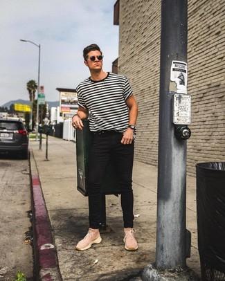 weißes und schwarzes horizontal gestreiftes T-Shirt mit einem Rundhalsausschnitt, schwarze enge Jeans, rosa hohe Sneakers aus Segeltuch, schwarze Sonnenbrille für Herren
