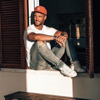 Wie kombinieren: weißes T-Shirt mit einem Rundhalsausschnitt, hellblaue enge Jeans mit Destroyed-Effekten, weiße hohe Sneakers aus Leder, rote bedruckte Baseballkappe