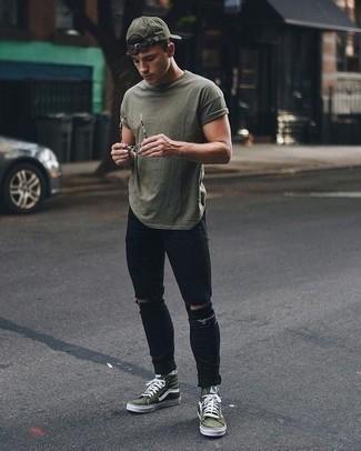 Schwarze enge Jeans mit Destroyed-Effekten kombinieren – 433 Herren Outfits: Für ein bequemes Couch-Outfit, entscheiden Sie sich für ein olivgrünes T-Shirt mit einem Rundhalsausschnitt und schwarzen enge Jeans mit Destroyed-Effekten. Fühlen Sie sich ideenreich? Wählen Sie olivgrünen hohe Sneakers aus Segeltuch.