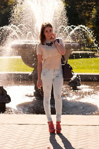 Wie kombinieren: hellbeige T-Shirt mit einem Rundhalsausschnitt, weiße bedruckte enge Jeans, orange Keilsandaletten aus Wildleder, lila Satchel-Tasche aus Leder