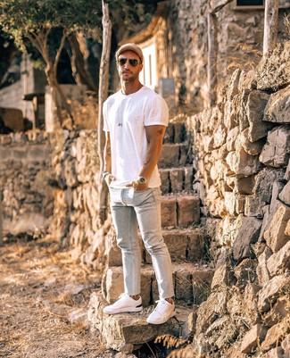 Hellblaue enge Jeans kombinieren: trends 2020: Für ein bequemes Couch-Outfit, entscheiden Sie sich für ein weißes T-Shirt mit einem Rundhalsausschnitt und hellblauen enge Jeans. Vervollständigen Sie Ihr Outfit mit weißen niedrigen Sneakers, um Ihr Modebewusstsein zu zeigen.