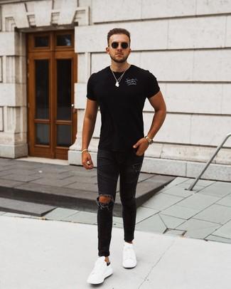Wie kombinieren: schwarzes und weißes bedrucktes T-Shirt mit einem Rundhalsausschnitt, schwarze enge Jeans mit Destroyed-Effekten, weiße und schwarze Leder niedrige Sneakers, schwarze Sonnenbrille