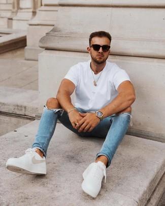 Wie kombinieren: weißes T-Shirt mit einem Rundhalsausschnitt, blaue enge Jeans mit Destroyed-Effekten, weiße Leder niedrige Sneakers, schwarze Sonnenbrille