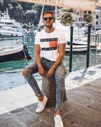 Wie kombinieren: weißes bedrucktes T-Shirt mit einem Rundhalsausschnitt, blaue enge Jeans mit Destroyed-Effekten, weiße Leder niedrige Sneakers, schwarze Sonnenbrille