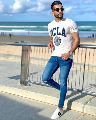 Lässige Outfits Herren 2020: Erwägen Sie das Tragen von einem weißen und dunkelblauen bedruckten T-Shirt mit einem Rundhalsausschnitt für einen entspannten Wochenend-Look. Fügen Sie weißen bedruckten Leder niedrige Sneakers für ein unmittelbares Style-Upgrade zu Ihrem Look hinzu.