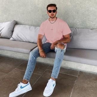 T-Shirt mit einem Rundhalsausschnitt kombinieren – 500+ Herren Outfits: Kombinieren Sie ein T-Shirt mit einem Rundhalsausschnitt mit hellblauen engen Jeans mit Destroyed-Effekten für einen entspannten Wochenend-Look. Fühlen Sie sich mutig? Ergänzen Sie Ihr Outfit mit weißen und blauen Segeltuch niedrigen Sneakers.