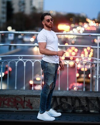 Weiße Leder niedrige Sneakers kombinieren – 405 Herren Outfits heiß Wetter: Ein weißes T-Shirt mit einem Rundhalsausschnitt und blaue enge Jeans mit Destroyed-Effekten sind eine perfekte Wochenend-Kombination. Entscheiden Sie sich für weißen Leder niedrige Sneakers, um Ihr Modebewusstsein zu zeigen.