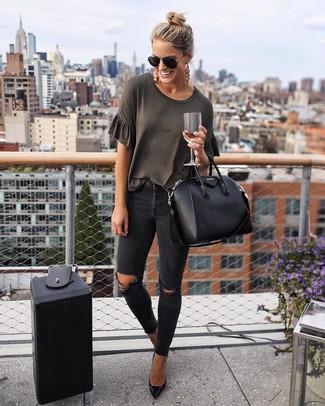 Wie kombinieren: dunkelgraues T-Shirt mit einem Rundhalsausschnitt, schwarze enge Jeans mit Destroyed-Effekten, schwarze Leder Pumps, schwarze Shopper Tasche aus Leder