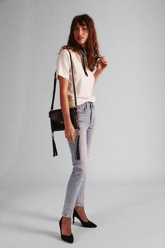 Wie kombinieren: weißes T-Shirt mit einem Rundhalsausschnitt, hellblaue enge Jeans, schwarze Wildleder Pumps, schwarze Leder Umhängetasche