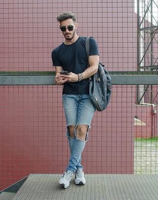 Wie kombinieren: schwarzes T-Shirt mit einem Rundhalsausschnitt, hellblaue enge Jeans mit Destroyed-Effekten, graue Sportschuhe, dunkelblauer Segeltuch Rucksack