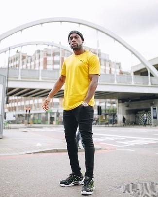 Schwarze Sportschuhe kombinieren – 475 Herren Outfits: Für ein bequemes Couch-Outfit, tragen Sie ein gelbes T-Shirt mit einem Rundhalsausschnitt und schwarzen enge Jeans. Dieses Outfit passt hervorragend zusammen mit schwarzen Sportschuhen.
