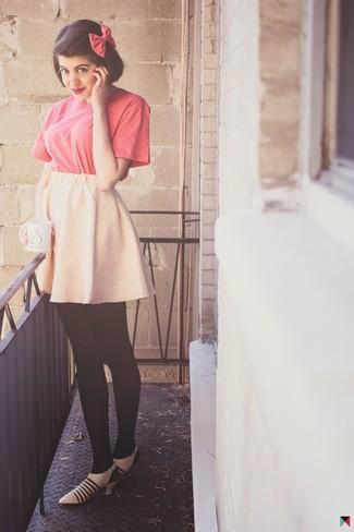 Wie kombinieren: fuchsia T-Shirt mit einem Rundhalsausschnitt, rosa Skaterrock, hellbeige Leder Pumps, fuchsia Fliege