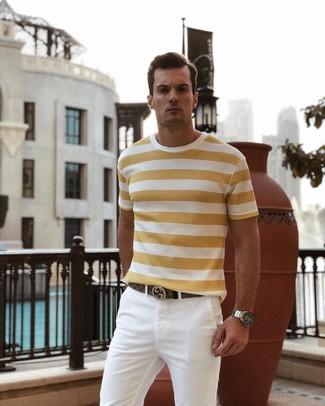 Wie kombinieren: gelbes horizontal gestreiftes T-Shirt mit einem Rundhalsausschnitt, weiße Chinohose, brauner Ledergürtel, silberne Uhr