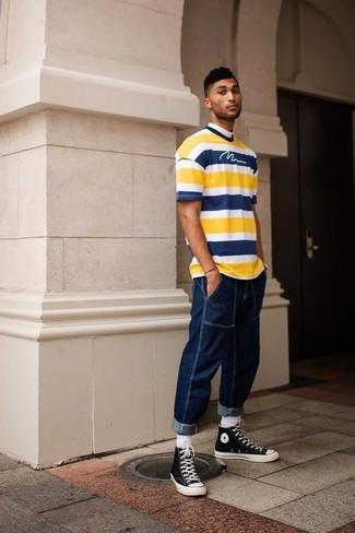 Wie kombinieren: gelbes horizontal gestreiftes T-Shirt mit einem Rundhalsausschnitt, dunkelblaue Jeans, schwarze und weiße hohe Sneakers aus Segeltuch, weiße Socke