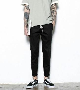 Schwarze und weiße Segeltuch niedrige Sneakers kombinieren – 500+ Herren Outfits: Kombinieren Sie ein graues T-Shirt mit einem Rundhalsausschnitt mit einer schwarzen Chinohose für einen bequemen Alltags-Look. Vervollständigen Sie Ihr Look mit schwarzen und weißen Segeltuch niedrigen Sneakers.